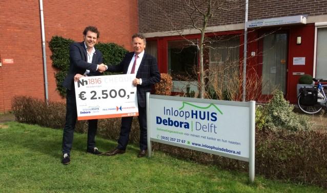 Paul Friskes (rechts) neemt de donatie van 2500 euro namens Inloophuis Debora in ontvangst.