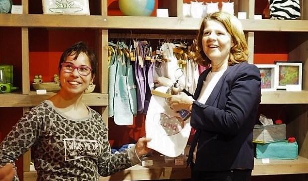 Burgemeester Marja van Bijsterveldt (rechts) ging vrijdag langs bij Zinderin.
