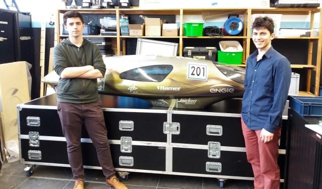 Tom Laeven (links) en Paul Hulsman bij de Eco-Runner VII, die naar verwachting eind mei hoge ogen gaat gooien tijdens de Shell Eco-Marathon. (foto: Willemijn de Vette)
