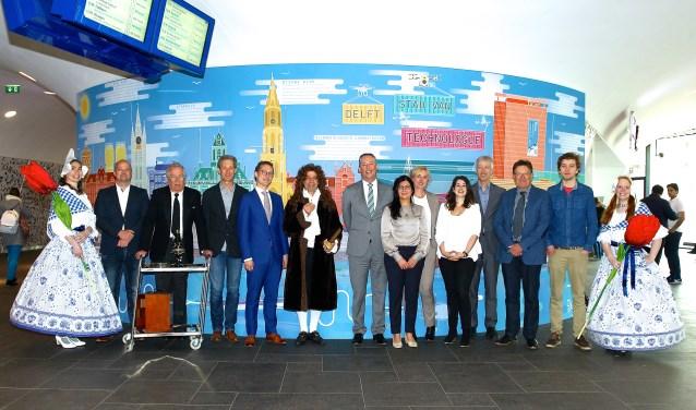 Een klein deel van de aanwezigen poseert bij de technologiewand op het station, met centraal op de foto Ferrie Förster (in het blauw) en rechts van hem Tim van der Hagen (in het grijs).