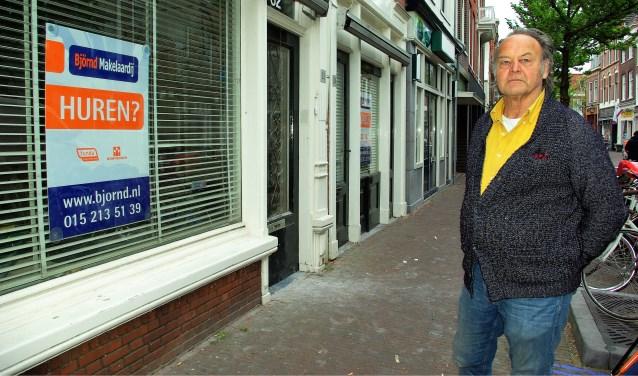 Tijn Noordenbos, hier in de Choorstraat bij een rijtje met vier leegstaande winkelpanden, voelt zich niet bepaald gehoord door de gemeente. (foto: Jesper Neeleman)