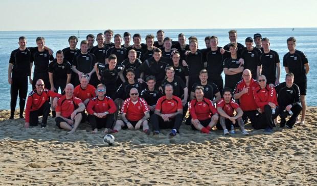 Het eerste van SV Den Hoorn, hier in de winterstop nog genietend van een trainingskamp in de Spaanse zon, kan zondag al kampioen worden.