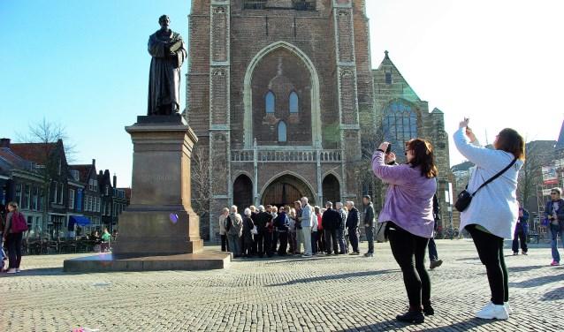 De historische Delftse binnenstad is uniek. Dat wordt gewaardeerd èn gefotografeerd. (foto: Jesper Neeleman)