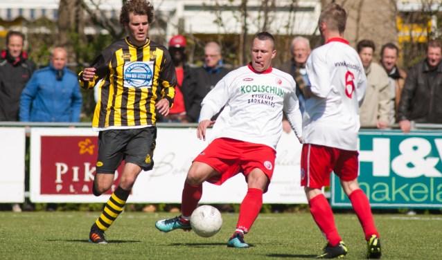 Jacco Wevers werd in het seizoen 2011/2012 topscorer bij RKDEO met 23 goals. Komend seizoen draagt hij weer een rode broek en een wit shirt, maar dan dat van Full Speed. (foto: Roel van Dorsten)