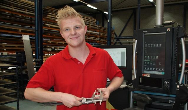 De nieuwe medewerker Kelvin Rietstra demonstreert het meetgereedschap in de werkplaats van RPP.
