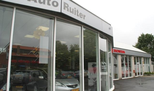 Het pand van Auto Ruiter, duidelijk herkenbaar aan het Oosteinde in Wateringen.