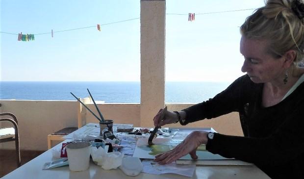 Kunstenares Nancy Kroon in actie.