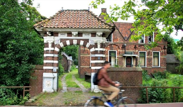 De poort voor de woning laat steeds meer sporen van verval zien.