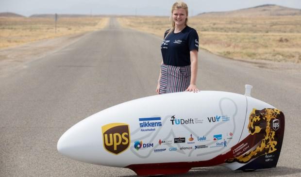Het Delftse teamlid Hanne Dijkstra in de Nevadawoestijn, waar de wereldrecordpoging deze week zal plaatsvinden.