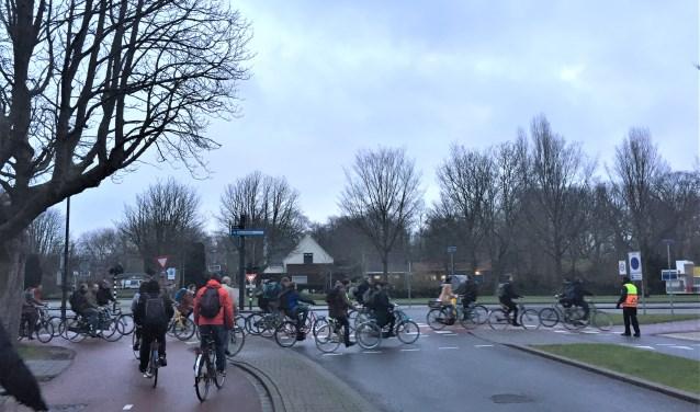 Het is en blijft, ook nu de eerste fietsers de fietsstraat in de Leeghwaterstraat hebben ontdekt, behoorlijk druk op de kruising Mekelweg/Jaffalaan. (foto: Jesper Neeleman)