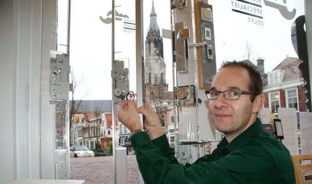 Jeroen van der Werf met de druppel of tag bij het slotensysteem van Dom. (foto: ML)