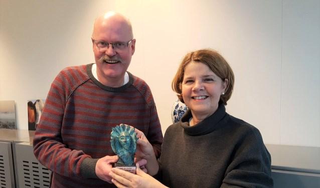 Bekendste Delftenaar 2017 Aad van der Hoeven reikte de bronzen Hugo woensdagmiddag uit aan de Bekendste Delftenaar 2017: Marja van Bijsterveldt.