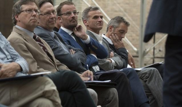 Wicher Schreuders (tweede van links) in goed gezelschap van zijn broer Dik (links) en wethouder Raimond de Prez, tijdens het eerste Delftse sportcongres.