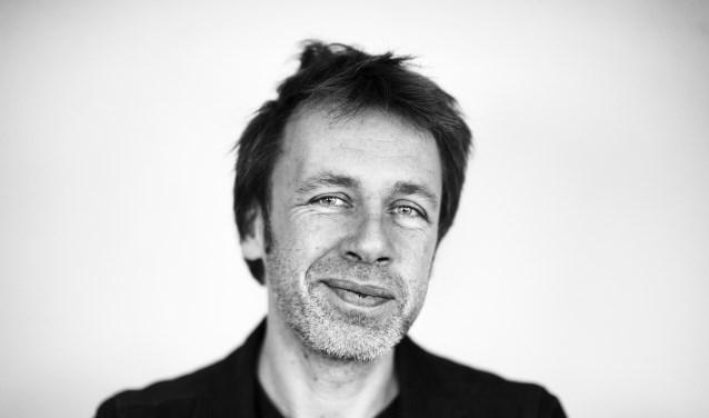 Ingmar Heytze vertelt tijdens de literaire lunch over zijn werk als dichter en draagt voor uit zijn bundels.