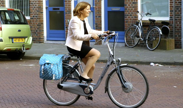 Burgemeester Marja van Bijsterveldt, fietsend over de Kloosterkade, na een bezoek aan het buurthuis in de Wippolder. (foto: Koos Bommelé)