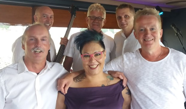 De band Traveller met de top-zangeres Eydie, bekend van Holland´s got Talent.