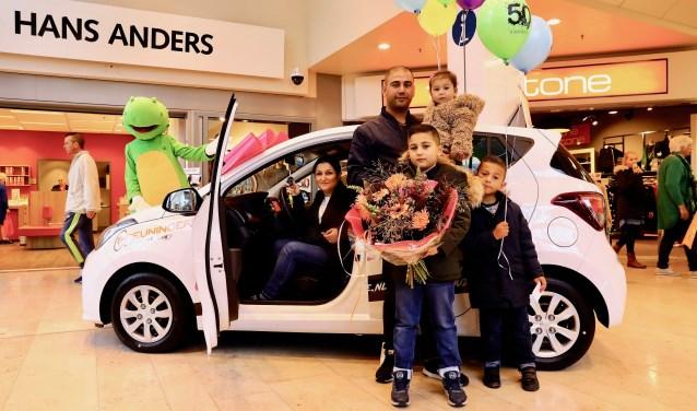 De winnaar van de auto, Dilvin Shafik, met zijn gezin (foto: Koos Bommelé)