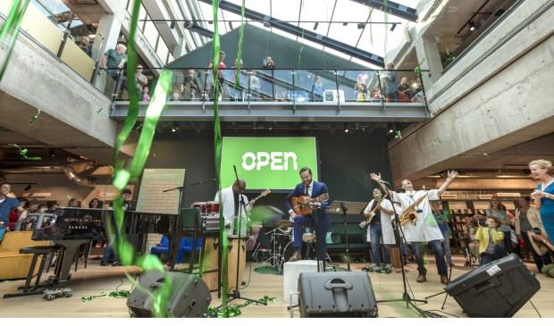 Het officiële openingsmoment door wethouder Bas Vollebregt, Margot Nicolaes van DOK en Huub 't Hoen van de VAK, muzikaal ondersteund door de band Multi Jam. (foto: Marco Heyda)
