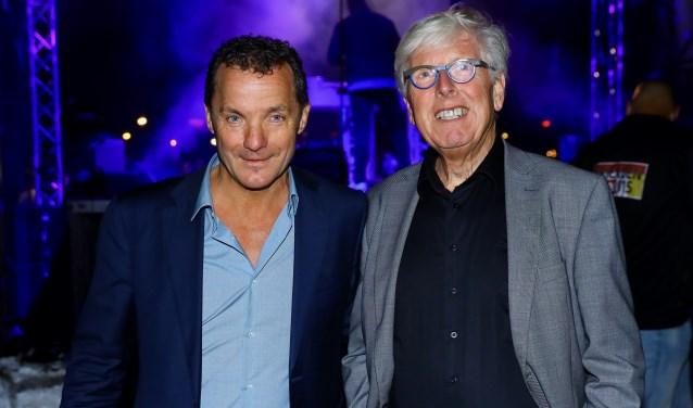 Nachtburgemeester Leo Quack met zanger John de Bever (foto: Koos Bommelé)