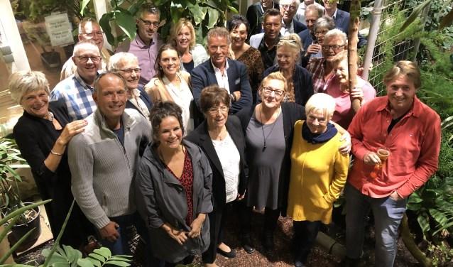 Leden van de 'businessclub' van Inloophuis Debora poseren in de Botanische Tuin (foto: Roel van Dorsten)