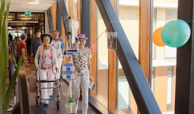 Patiënten en medewerkers in beweging in het Reinier de Graaf Gasthuis. (Foto: Frank van der Burg)