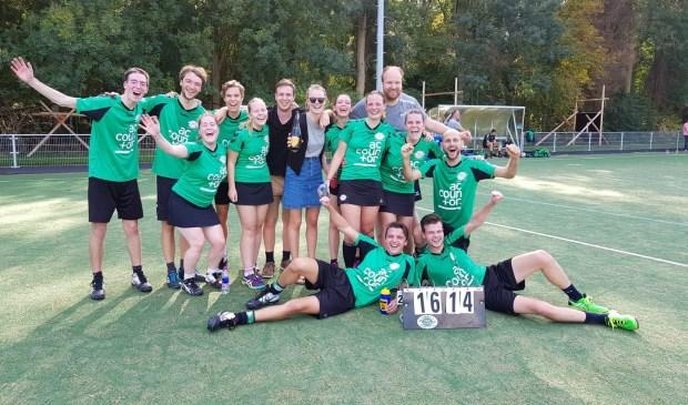 Het vierde team van de Delftse Studenten Korfbal Vereniging Paal Centraal, ongeslagen kampioen.