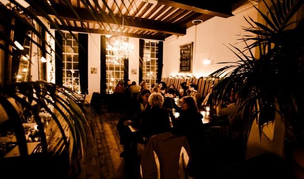 Ook in café-restaurant De Wijnhaven wordt Delfts Blauw Water geschonken.
