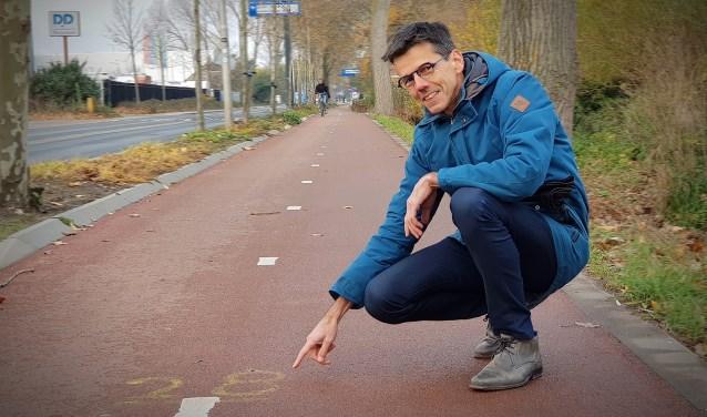 Marius Schwartz van 'De Koplopers' bij looptekens op het fietspad langs de Rotterdamseweg