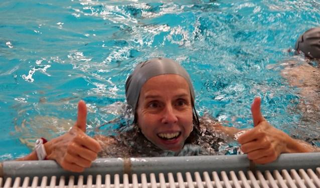 De duimen omhoog voor de 'zwemmen voor poep'-marathon in Zwembad Kerkpolder (foto: Lotty Sonnenberg)