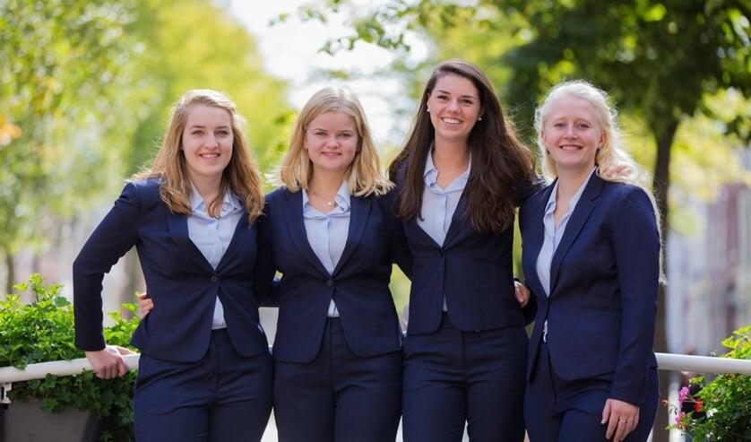 Het bestuur van de StudentenDesk Delft: Anna Daamen, Jolijn Hiemstra, Melanie Beek en Solee van Roon (Foto: John de Groot)