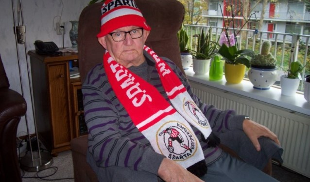 Sparta-fan Wim Jansen in zijn nopjes met de uitnodiging van Hans Meijer
