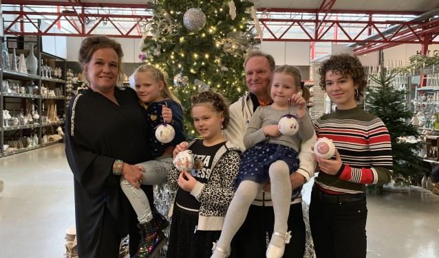 KiKa-ambassadeur Xandra Brood met de vier ontwerpers van de KiKa-kerstballen