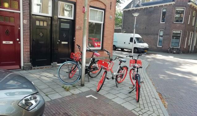 Een voorbeeld van 'scheef' geparkeerde Mobikes (Foto: Peter Ancher)