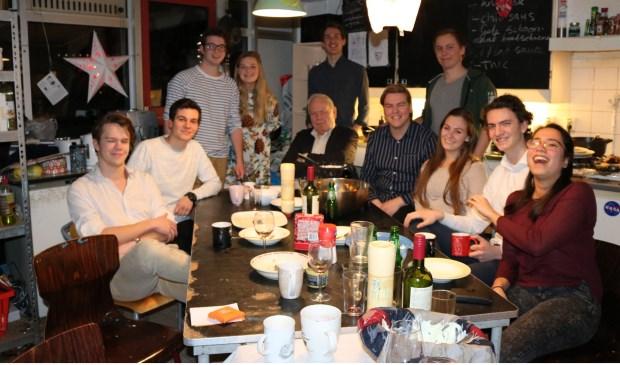 Studenten dineren met gasten van het Jessehof.