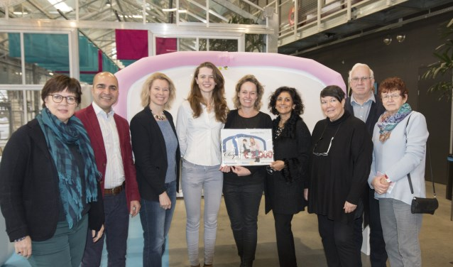 Oprichtster Maud Halkes krijgt een cheque en de CloudCuddle van Irene Jacobs, Salah Al-Haidari en Lotte Leufkens. (Foto: PR)