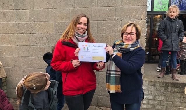 De oorkonde werd uitgereikt aan ZieZoo TSO coördinator Anita die deze oorkonde, samen met Sheila Hoogland van TSO-Voorbeeldschool, onder applaus van de kinderen mocht ondertekenen.