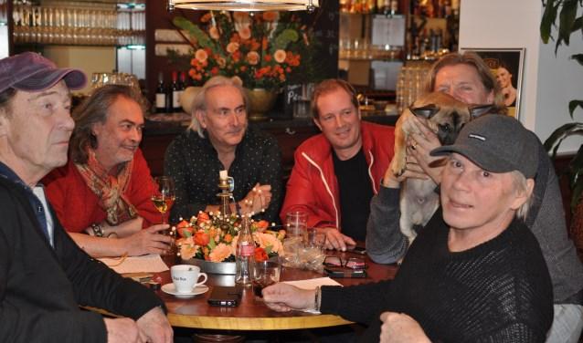 De organisatie, met de zoon van Hans Vermeulen, Tim, vergadert over het komende eerbetoon voor hem. (Foto: Martin Reitsma)