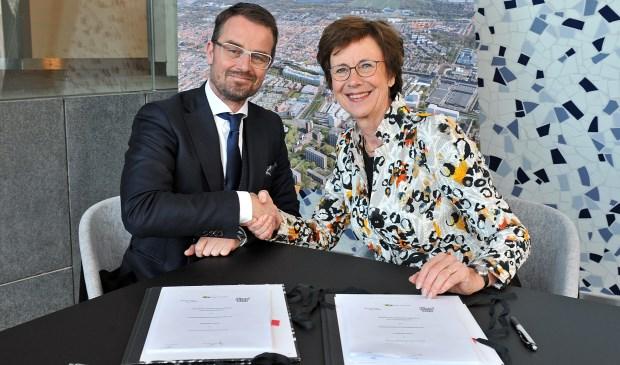 Wethouder de Prez en bestuurder Diny de Bresser van Pieter van Foreest bij de ondertekening.