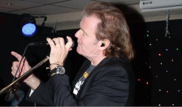 Zanger Peter Vermeij vertolkt Mick Jagger in de tributeband Flight.