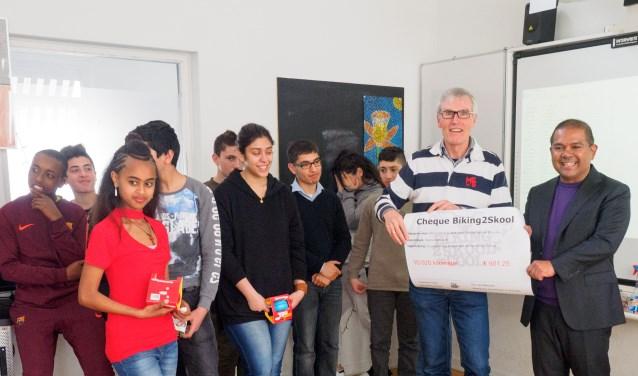 De leerlingen overhandigden de cheque aan de vrijwilligers van Voedselbank Delft. (Foto en tekst: Martin Groen)