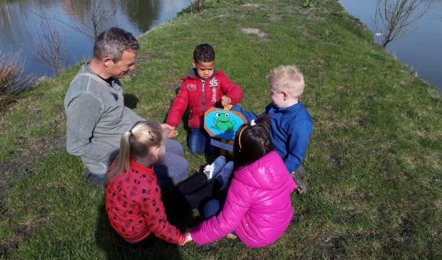 Leerlingen van De Schatkaart spelen het Kikkerbordspel.