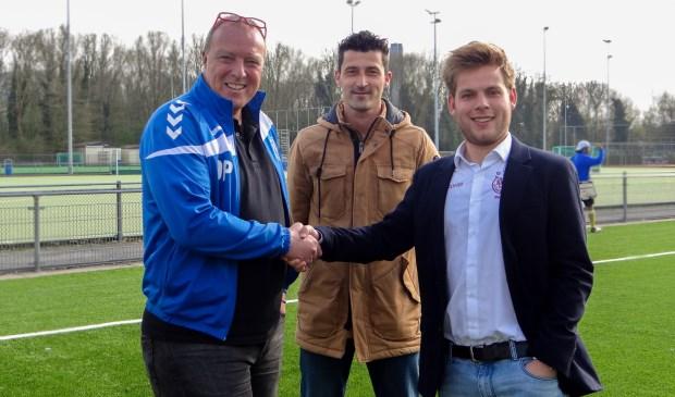 Van links naar rechts: trainer Martin de Graaf, Peter Boerefijn van Unit Sport & Cultuur, en voorzitter Mitchel Knipscheer van Ariston'80.
