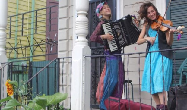De muziek is helemaal geïnspireerd op reizen en tours rond de wereld.