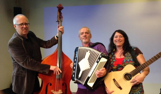 Bas, accordeon en gitaar zijn goed vertegenwoordigd bij het trio.