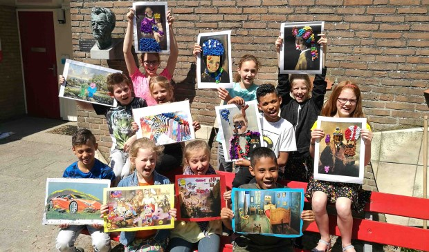 Leerlingen van de Simon Carmiggeltschool tonen hun kunstwerken.