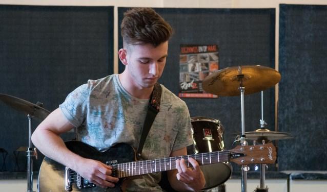 Muzikale talenten op het podium bij Rootz Muziekschool (foto: Liesbeth Bergen)