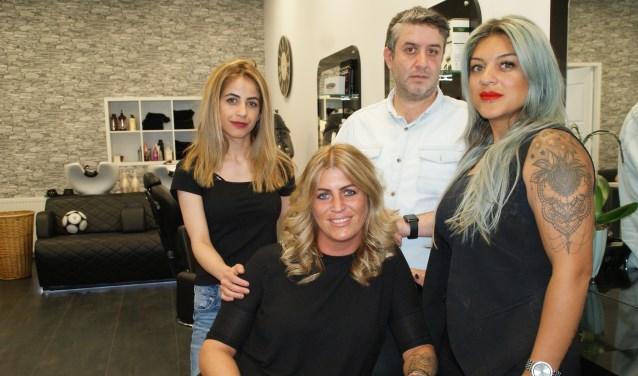 Het team van De Nieuwe Roos, bestaande uit van links naar rechts Filiz, Deborah, Serkan en Sevda.