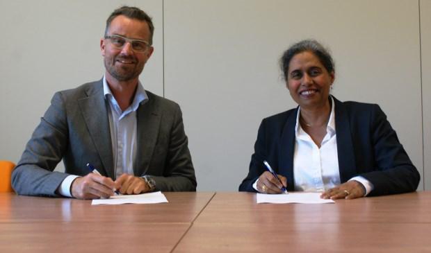 De ondertekenaars Raimond de Prez (links) en Iris Bandhoe van de Gemeente Delft en GGZ Delfland.