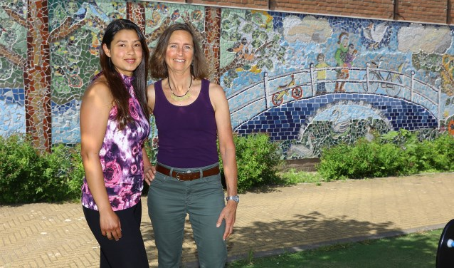 Claudia Marcela Latorre en Nan Deardorff - McClain bij het prijswinnende mozaiek aan het Achterom (tekst: Esther Luijk, foto: Koos Bommelé)