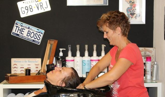 Chantal en haar collega's nemen  dames en heren professioneel onder handen. (Foto: EvE)